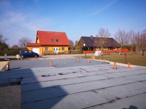 Bodenplatte in Richtung Straße